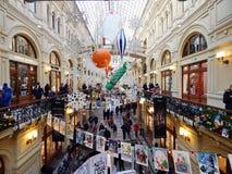 Drcoration de la Navidad de los grandes almacenes del estado en Plaza Roja en Moscú Imágenes de archivo libres de regalías