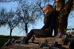 Drea κοριτσιών, omg κλίνοντας στο δέντρο Στοκ εικόνα με δικαίωμα ελεύθερης χρήσης