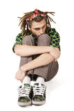 dreadlock查出的人坐年轻人 免版税图库摄影