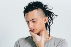 Dreadlocks mężczyzna portret zamknięte oczy Niezwykli ludzie Vitiligo Fotografia Royalty Free