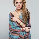 dreadlocks piękna dziewczyna ładna młoda kobieta z warkocz fryzury Afrykańskim hipisem obrazy royalty free