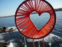 Dreamcatcher με μορφή μιας καρδιάς στα πλαίσια του ποταμού Ηλιοβασίλεμα Dreamcatcher, βουνά, boho-κομψό, εθνικό φυλακτό στοκ εικόνες