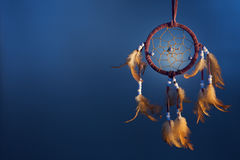 Dreamcatcher σε ένα υπόβαθρο χρώματος στοκ εικόνα με δικαίωμα ελεύθερης χρήσης