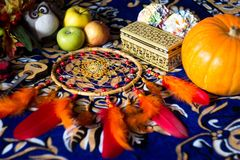 Dreamcatcher вниз Он имеет красное, апельсин, желтый стоковая фотография rf