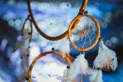 Dreamcatcher против белой нерезкости снега Стоковые Изображения RF