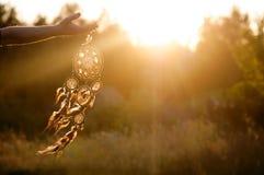 Dreamcatcher, Amerikaanse inheemse amulet op zonsondergang shaman royalty-vrije stock afbeeldingen