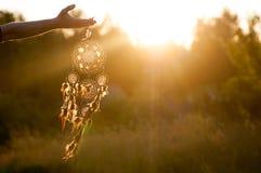 Dreamcatcher, amerikanisches gebürtiges Amulett auf Sonnenuntergang shaman Stockfoto