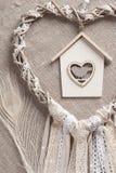 Dreamcatcher beige en forme de coeur Images stock