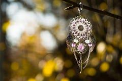 Dreamcatcher bianco con il fondo delle ali Fotografia Stock