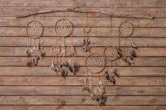 Dreamcatcher con Eagle And Raven Feathers Immagini Stock Libere da Diritti