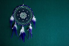 Dreamcatcher cuelga contra la pared fotos de archivo