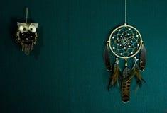 Dreamcatcher cuelga contra la pared foto de archivo libre de regalías