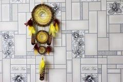 Dreamcatcher cuelga contra la pared fotografía de archivo libre de regalías