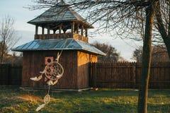 Dreamcatcher cuelga en un árbol cerca de un castillo de madera fotos de archivo