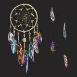 Dreamcatcher decorato di lusso con le piume e le pietre preziose isolate su un fondo nero Astrologia, spiritualità, simbolo magic Fotografie Stock