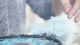 Dreamcatcher del hilo, de las gotas de la turquesa y de las plumas negros almacen de metraje de vídeo