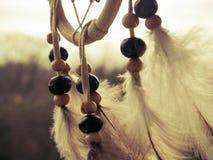 Dreamcatcher di legno con le piume e le perle immagini stock