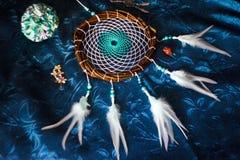 Dreamcatcher encontra-se em um fundo azul foto de stock royalty free