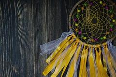 Dreamcatcher feito a m?o no fundo de madeira foto de stock royalty free