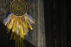 Dreamcatcher hecho a mano en fondo de madera imagenes de archivo