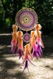 Dreamcatcher hizo de plumas, de cuero, de gotas, y de cuerdas fotografía de archivo libre de regalías