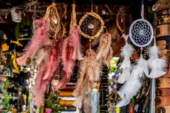 Dreamcatcher, kleurrijke met de hand gemaakte inheemse amulet royalty-vrije stock afbeeldingen