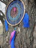 Dreamcatcher op de achtergrond van de rivier Dreamcatcherzonsondergang, bergen, boho-elegante, etnische amulet, symbool stock foto