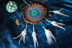 Dreamcatcher se trouve sur un fond bleu photo libre de droits