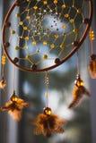 Dreamcatcher som hänger från fönstret royaltyfri bild