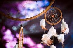 Dreamcatcher tegen een achtergrond van purpere zonsondergangdark Royalty-vrije Stock Fotografie