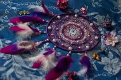 Dreamcatcheren ligger i mitt av olika objekt royaltyfri fotografi