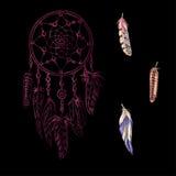 Dreamcatchers rosa decorato disegnato a mano con le piume, pietre preziose su un fondo nero Astrologia, spiritualità, symbo magic Fotografia Stock Libera da Diritti