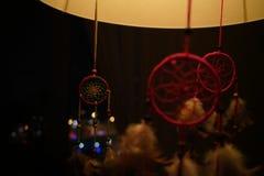 Dreamcatchers variopinti alla luce delicata intima della lampada nella sera fotografia stock