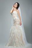 Dreaminess. Full längd av den lyckliga bruden med stängda ögon i Sleeveless vit klänning arkivbild