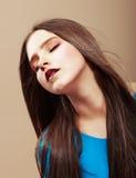 Dreaminess. Retrato de la morenita de sueño sensual con el pelo recto de Brown Fotos de archivo libres de regalías