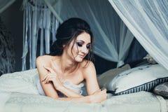 Dreaming modelo bastante femenino en interior del vintage fotos de archivo