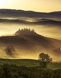 Dreamlikedageraad op nevelige heuvels royalty-vrije stock foto's