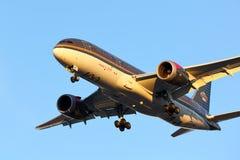 Dreamliner που φθάνει στο Σικάγο στο ηλιοβασίλεμα στοκ εικόνα