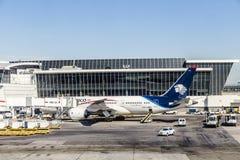 Dreamliner de Aeromexico en el terminal 4 con el equipo del cargamento Imagen de archivo libre de regalías