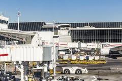 Dreamliner de Aeromexico en el terminal 4 con el equipo del cargamento Fotografía de archivo libre de regalías