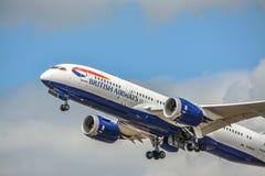 Dreamliner, der mit vollem Schub sich entfernt Lizenzfreies Stockbild