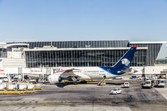 Dreamliner von Aeromexico an Anschluss 4 mit Ladenausrüstung Lizenzfreies Stockbild