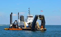 Dredgerskepp som arbetar i havet Royaltyfria Foton