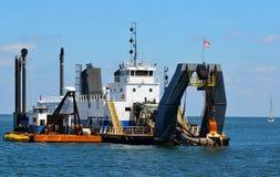 Dredgerskepp som arbetar på havet Royaltyfri Bild