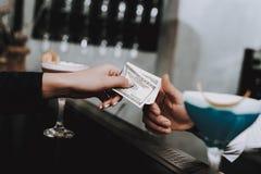 Dreems do verão barman pagamento meninas cocktails fotografia de stock royalty free