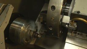Drehbankmaschine in Arbeitsprozeß stock video