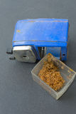 Drehbleistiftspitzer mit Bleistiftschrott Lizenzfreie Stockbilder