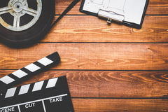 Drehbuchautordesktop mit Draufsicht des hölzernen Hintergrundes des Filmscharnierventilbrettes Lizenzfreies Stockbild