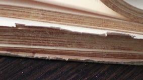 Drehen der Seiten einer Nahaufnahme des alten Buches stock video footage