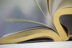 Drehen der Seiten eines Buches stockbild
